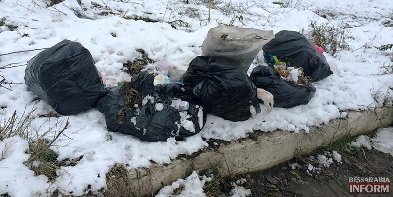"""mysor-na-lebyajem-7 Измаил: """"хулиганы"""" превратили озеро Лебяжье в мусорку, власть бездействует (фото)"""