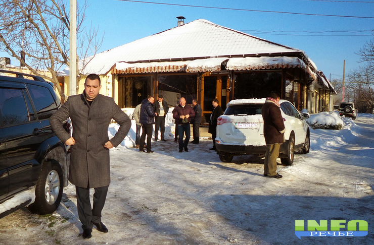 подонки1 Мэр Одессы снег убирает, мэр Измаила в ресторане угощает (фото)