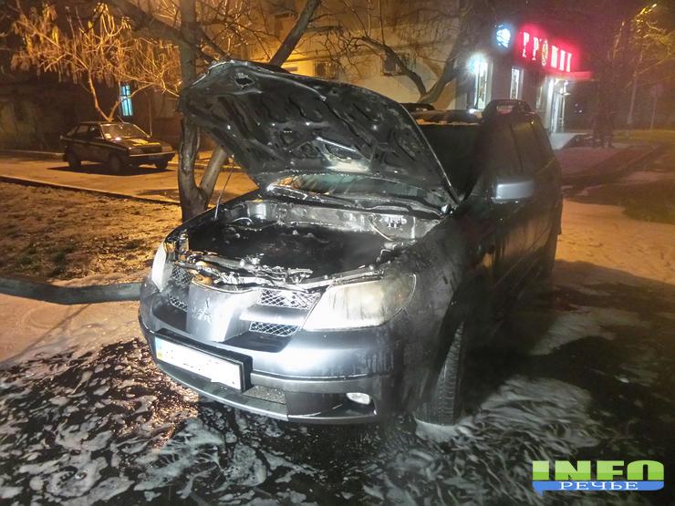 20141211_225614_LLS В Измаиле сожгли журналисту автомобиль  «Митсубиси»