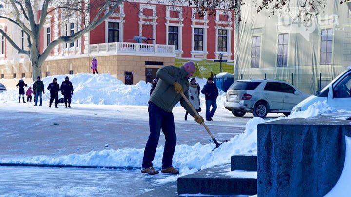 Мэр Одессы снег убирает, мэр Измаила в ресторане угощает (фото)