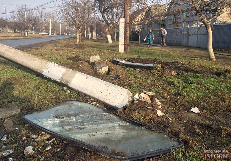 dtp-na-sovetskoi-7 ДТП в Измаиле: Жигуленок снес столб (ФОТО)