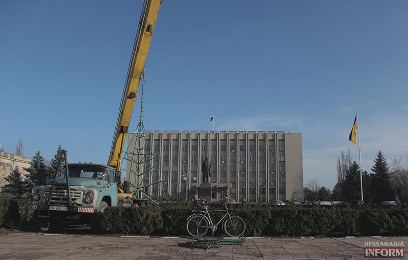 В Измаиле начали установку главной елки города (фото)
