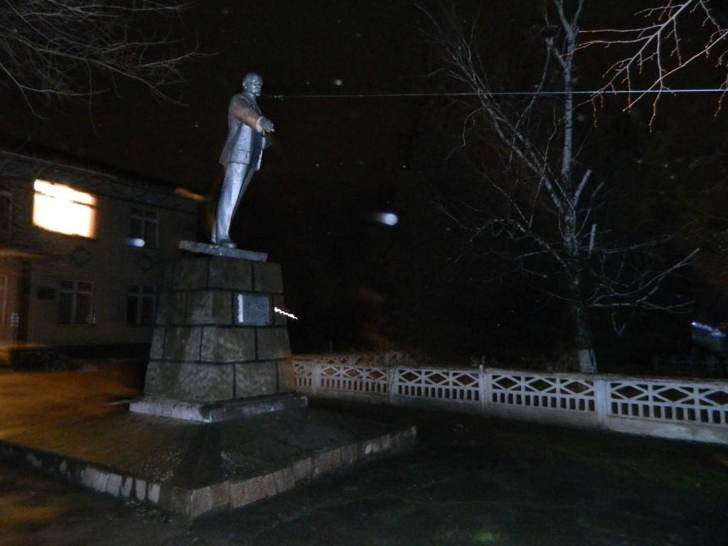 Повалення-боввана-Леніна-в-Нерубайському-_1-1024x768 В Одесской области продолжается ленинопад (видео)