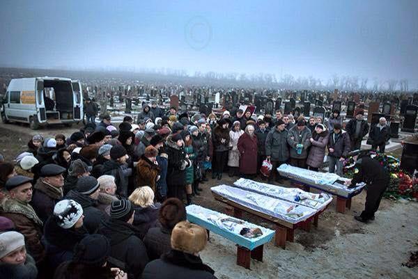 Фото дня: Мариуполь хоронит погибших от рук террористов РФ (фото,видео 18+)