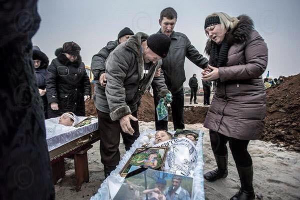 1966861_801715303234943_2857596804292069033_n Фото дня: Мариуполь хоронит погибших от рук террористов РФ (фото,видео 18+)