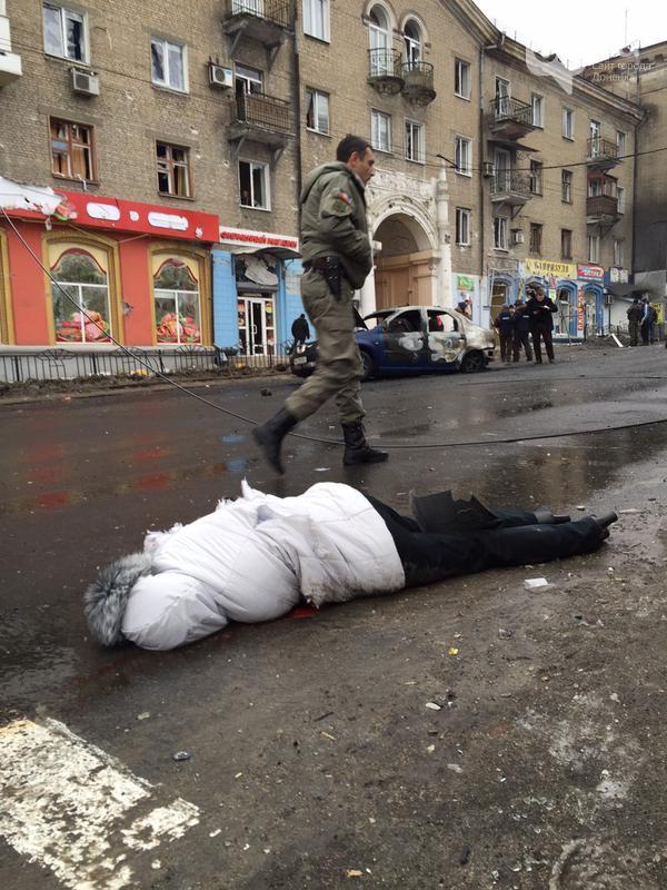 4723cb926ebd80af38c07ad76ff3e7d7 Жестоко расстрелян тролейбус в Донецке, есть погибшие (фото, видео 18+)