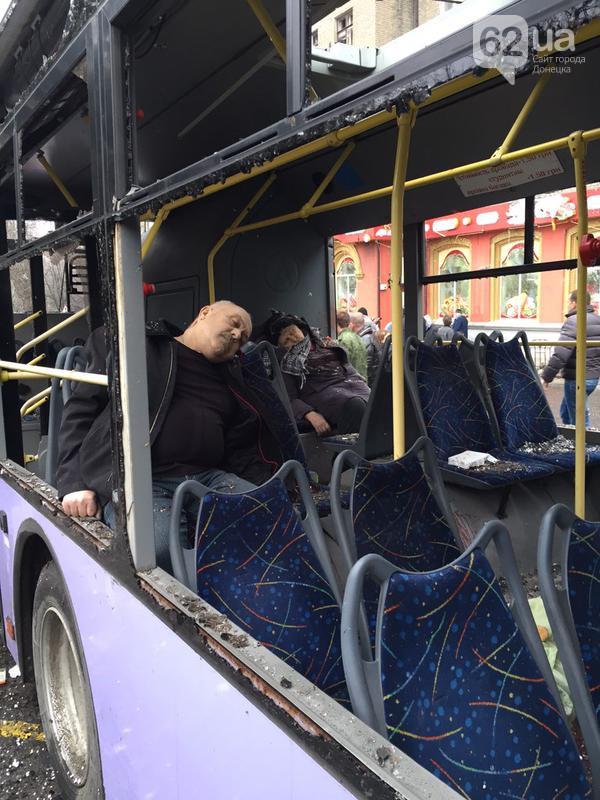 80b93d9c1bfab1b93f28ad4dcc4c1cc3 Жестоко расстрелян тролейбус в Донецке, есть погибшие (фото, видео 18+)