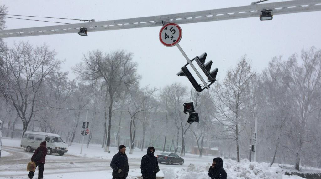 Фото дня: Измаильский предвыборный светофор не устоял против снежной стихии