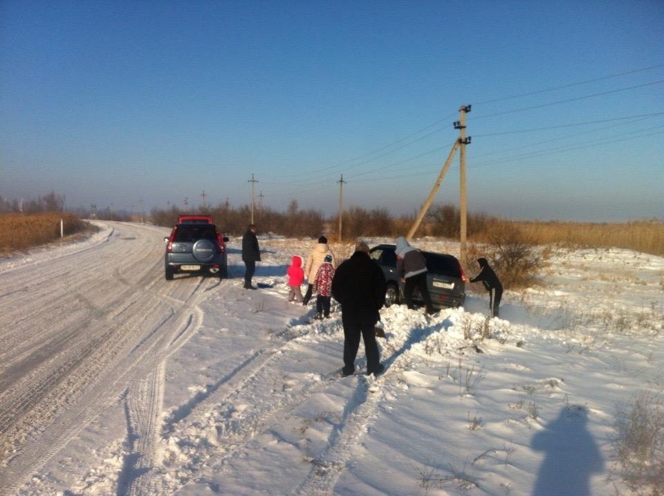 IMG_9123 Сотрудники ГАИ помогают водителям, застрявшим в заносах