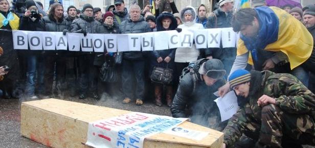 Под консульством РФ в Одессе сожгли гроб Путина (видео)