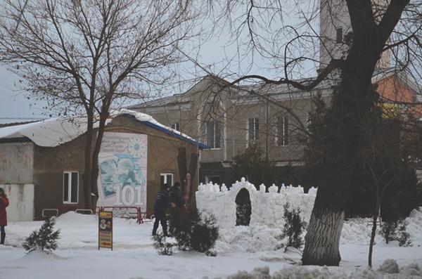 snejnu-zamok-1 В Белгород-Днестровском МЧС-ники соорудили крепость (фото)