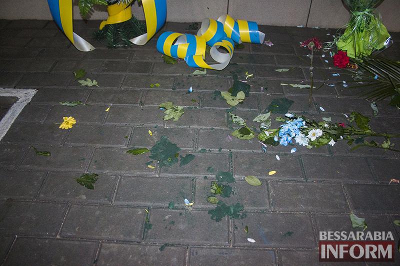 Измаил: Возложенные к Шевченку цветы разгромили неизвестные хулиганы (ФОТО)