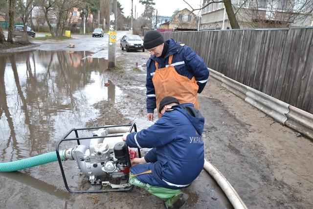 В Килийском районе продолжают откачивать воду