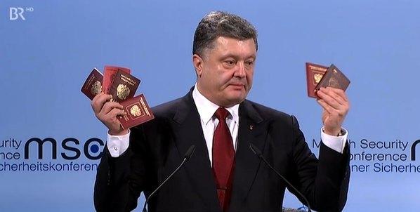 54d63114a5ab2 Порошенко показал в Мюнхене паспорта и военные билеты российских солдат