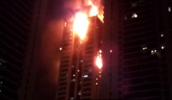 В Дубае горит один из самых высоких жилых комплексов «Факел» (фото,видео)