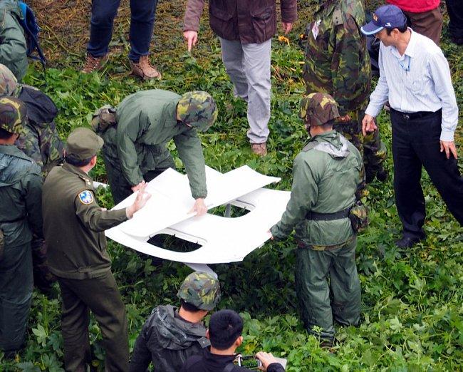В Тайване упал самолет - 12 человек погибло (фото, видео)