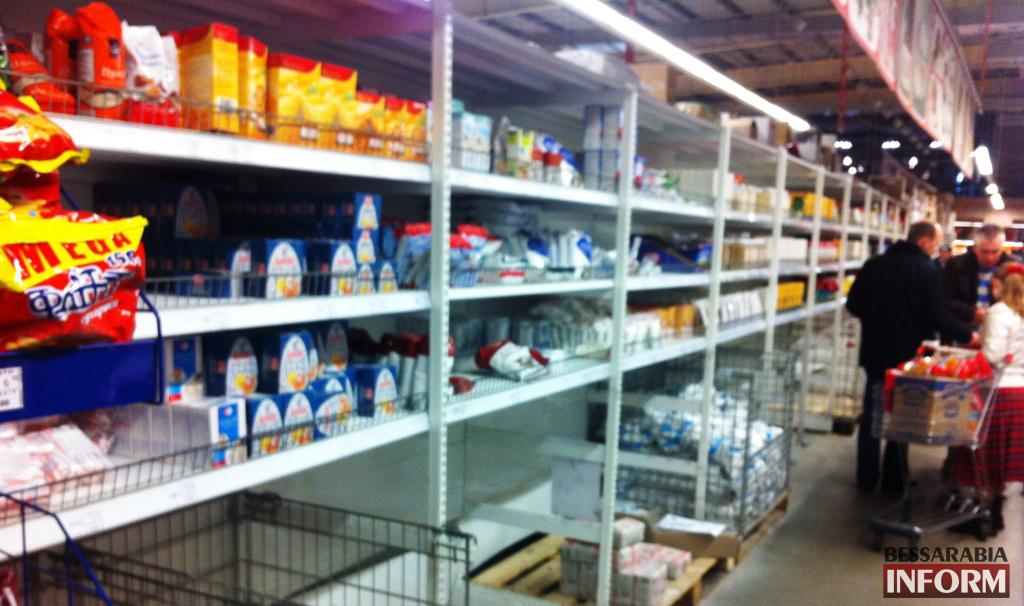 Покупатели сметают с полок магазинов сахар, гречку и туалетную бумагу (фото)