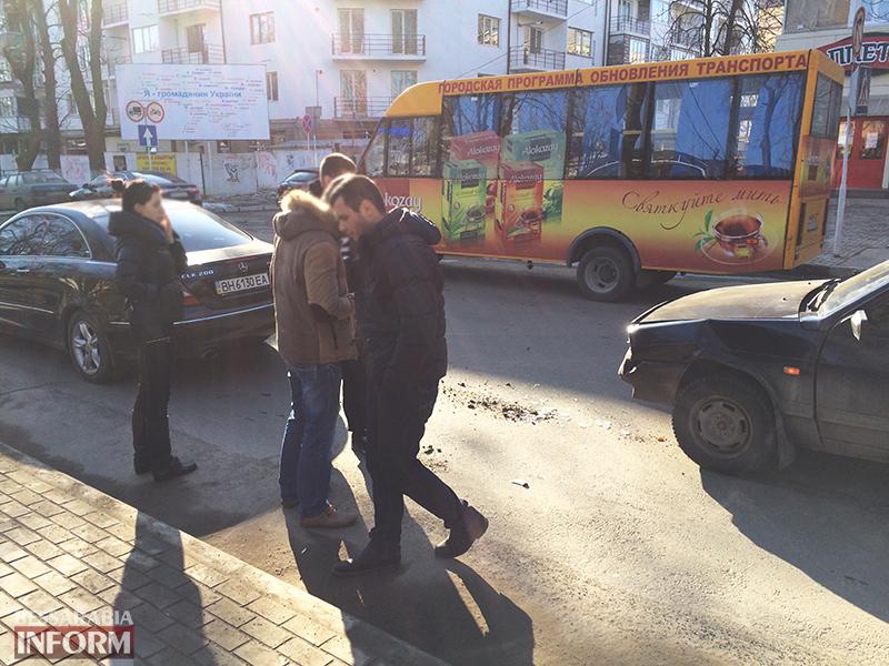"dtp_izmail-mers-vaz-4 ДТП в Измаиле: На проспекте Суворова ""99-ка"" догнала ""Mercedes"" (фото)"