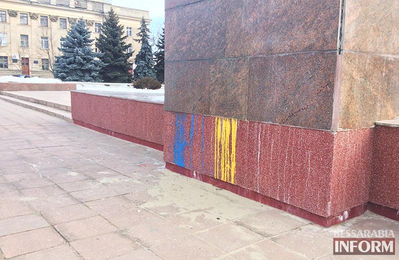В Измаиле памятник Ленину стал сине-желтым (фото)