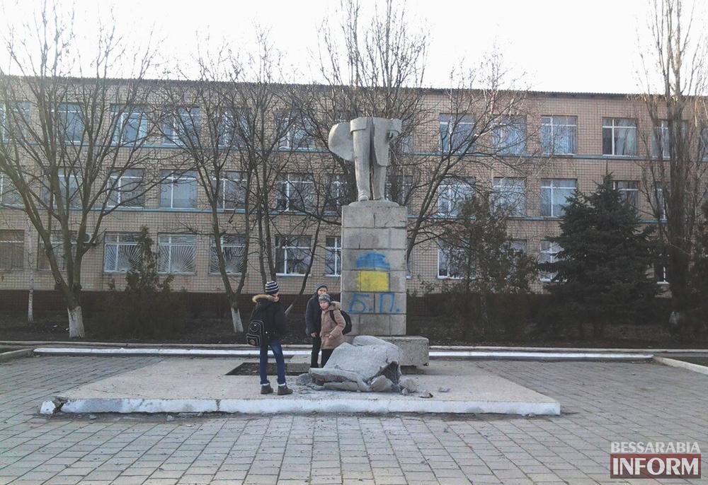 Ленинопад и в Сарате - снова остались только ноги (фото)