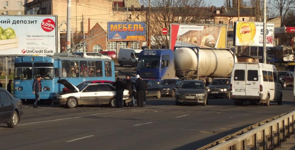 """Водитель маршрутки """"Одесса-Рени"""" спровоцировал аварию в Одессе"""