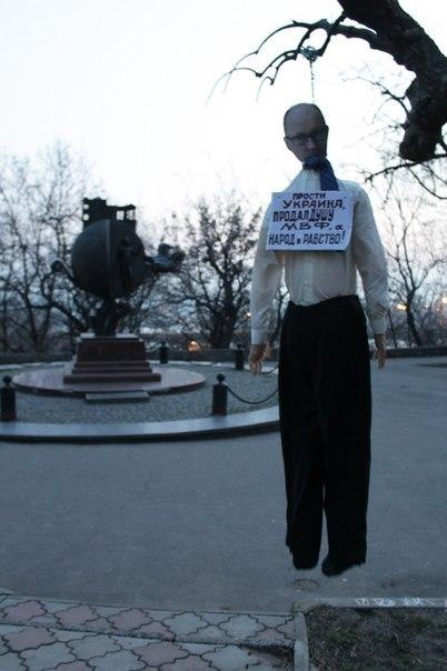 """550538a813c1b_EQ_JhFtwr6g В Одессе публично """"казнили"""" чучело Яценюка (фото)"""