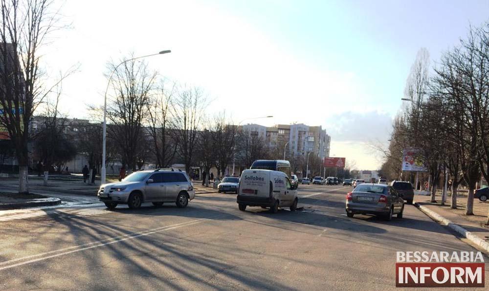 """IMG_0062 Измаил: на пр. Ленина столкнулись Рено и """"Mitsubishi"""" (фото)"""