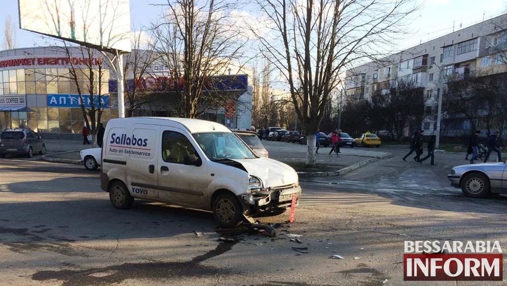 "Измаил: на пр. Ленина столкнулись Рено и ""Mitsubishi"" (фото)"