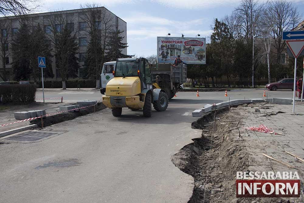 IMG_0941 В Измаиле меняют бордюры, а лучше бы дороги (фото)