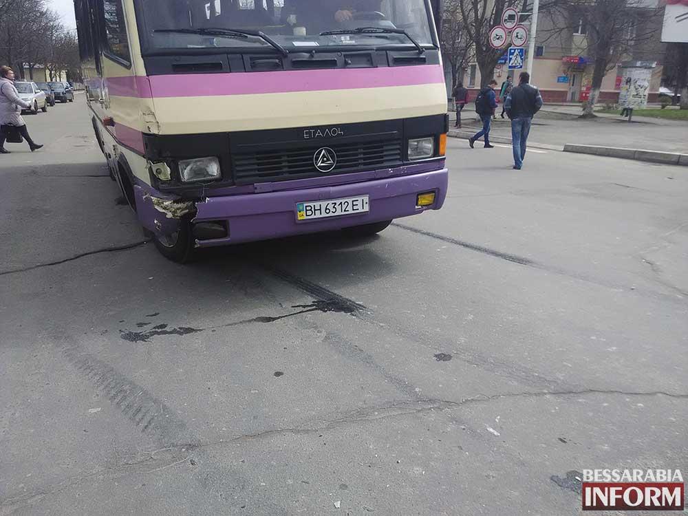 """ДТП в Измаиле: на проспекте столкнулись автобус и """"ВАЗ""""(фото)"""