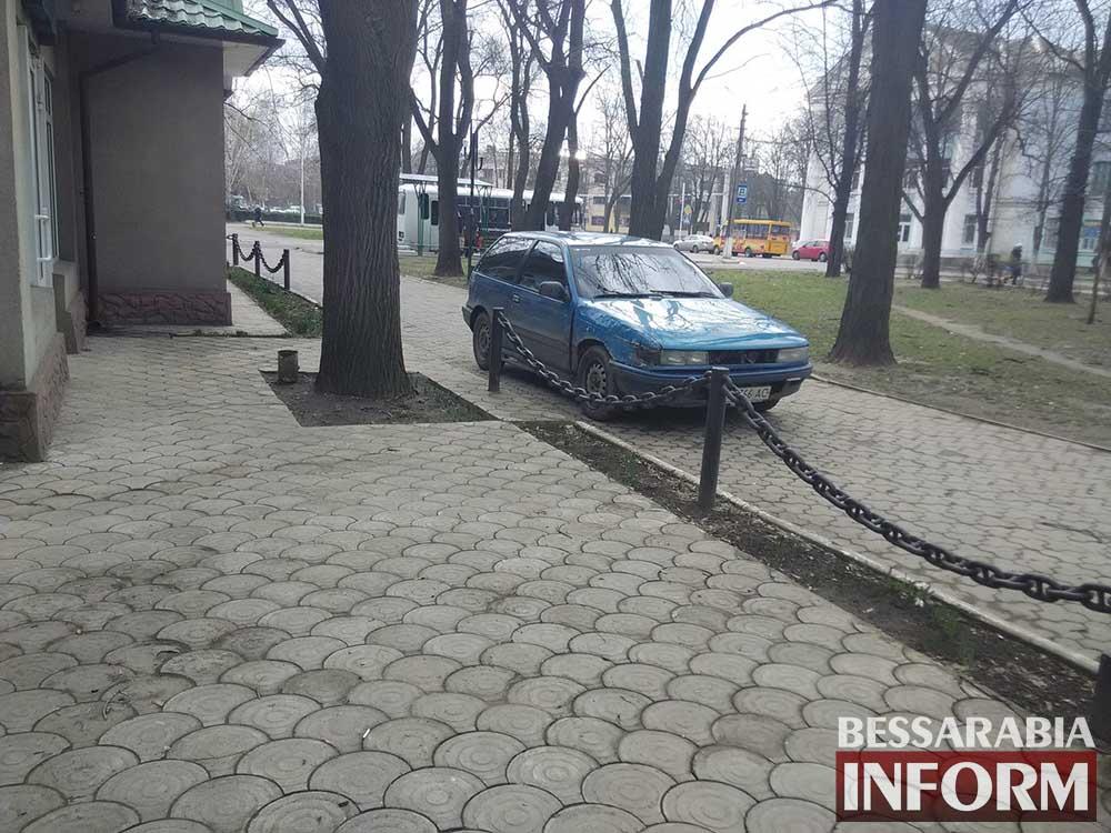 """""""Я паркуюсь как дурак"""": """"Mitsubishi"""" прямо в парке  (фото)"""