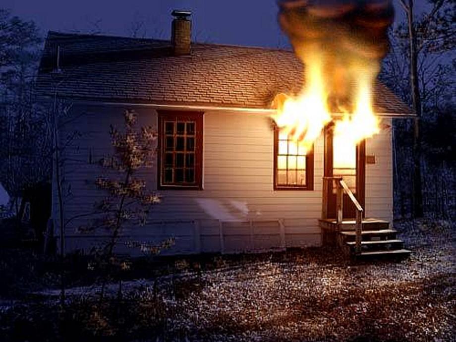В с. Озерное во время пожара пострадали отец и дочь