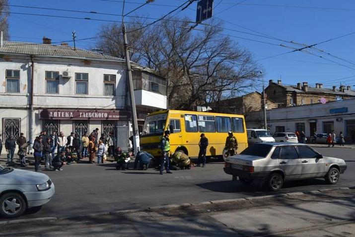 В Одессе под колесами маршрутки погибла старушка (ФОТО, ВИДЕО+21)