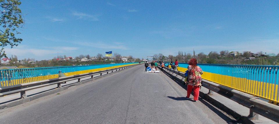 11011190_395433223984293_5755093768866411100_n Мост, ведущий в Бессарабию, покрасили в цвета украинского флага