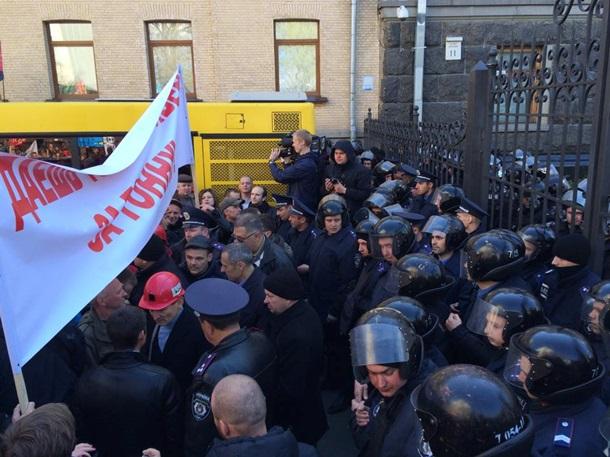 1612853 Возле АП агрессивно митингуют шахтеры (фото, видео)