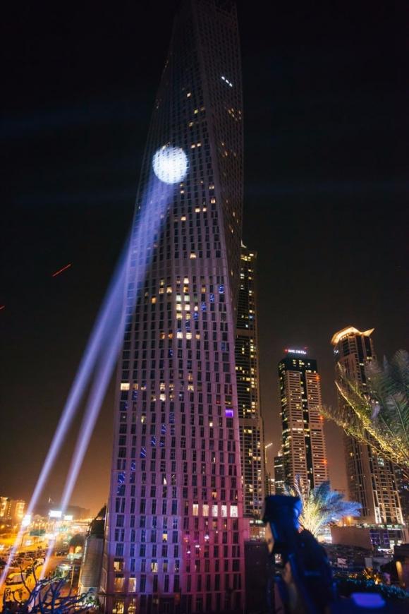 """""""Человек-паук"""" без страховки покорил 75-этажный небоскреб"""