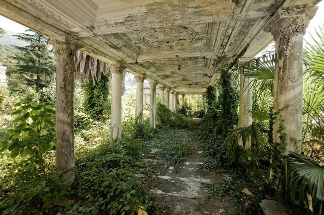 nature-reclaiming-abandoned-places-22_result Фотоподборка: Битва природы и цивилизации