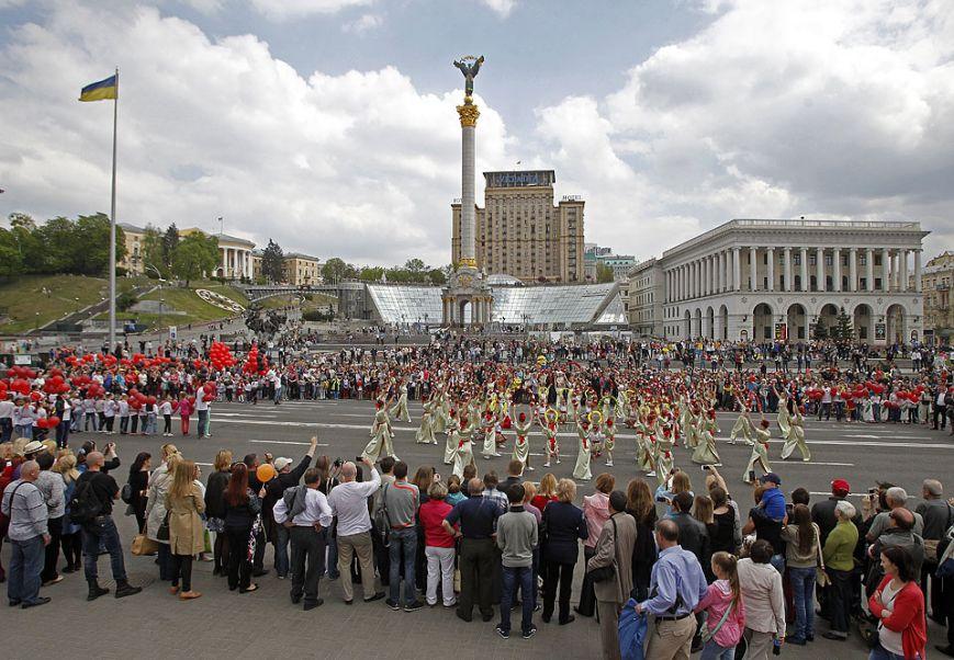 11253ebfb1d24a374becd36fb3f41854 1 мая на Майдане в небо запустили огромный красный мак (ФОТО)