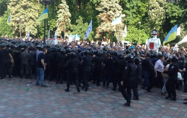 1627327 Возле Верховной Рады митингующие подожгли шины и пытаются прорваться в здание