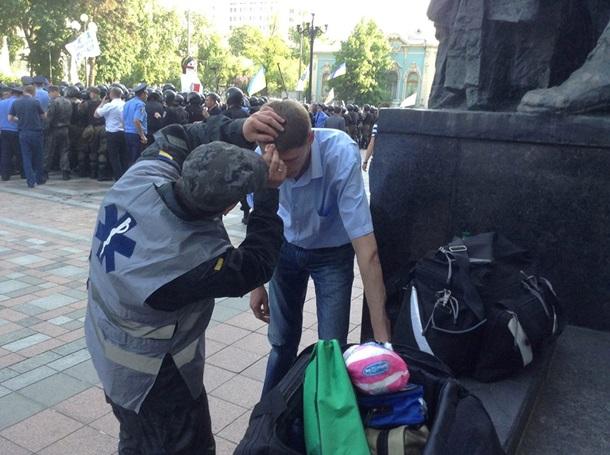 1627339 Возле Верховной Рады митингующие подожгли шины и пытаются прорваться в здание