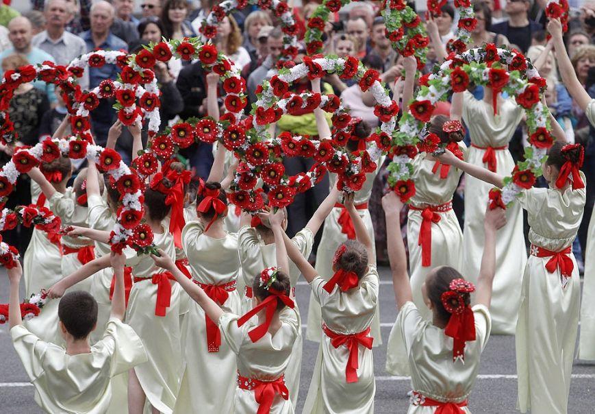 a4cec29a1f7d7072ce49e93c894e9d42 1 мая на Майдане в небо запустили огромный красный мак (ФОТО)