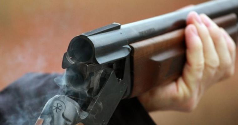 1424329952_myzchina_s_ruzhiem_napal_na_magazin_v_arteme Житель Арцизского р-на открыл стрельбу по односельчанам