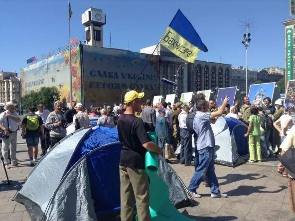 1635622 В Киеве на Майдане Незалежности начали устанавливать палатки