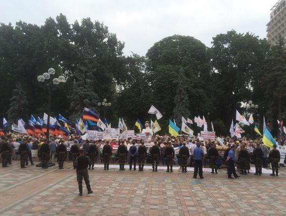Под Радой собралось 1,5 тыс митингующих и 40 автобусов правоохранителей