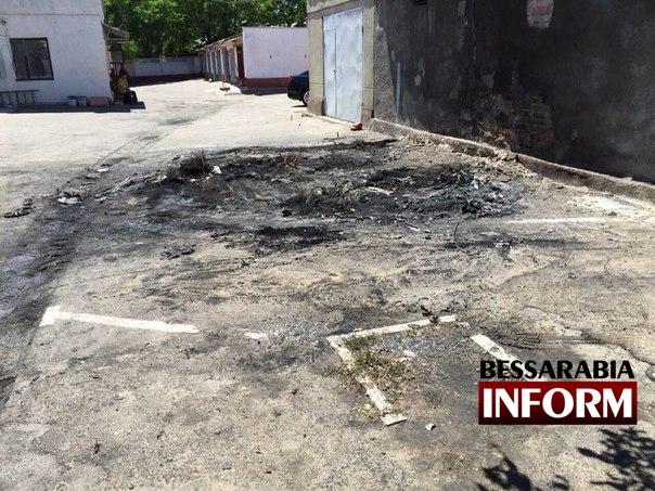 4b1tonYPbto В Измаиле ночью массово горели автомобили (фото)