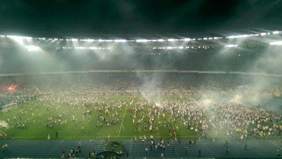 Финал Кубка Украины по футболу закончился беспорядками на стадионе (видео)