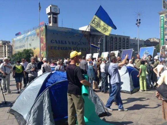 В Киеве неизвестные в масках снесли палатки митингующих