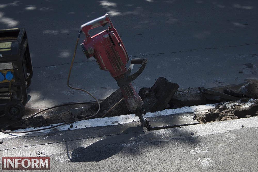IMG_4445 В центре Измаила вместо ливневок снова меняют бордюры