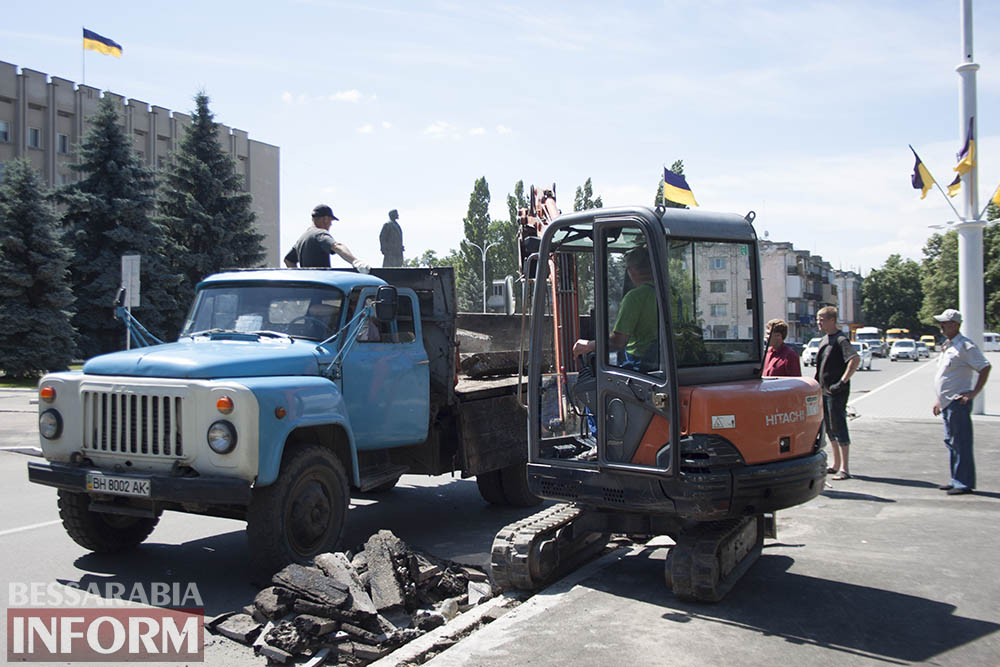 IMG_4451 В центре Измаила вместо ливневок снова меняют бордюры