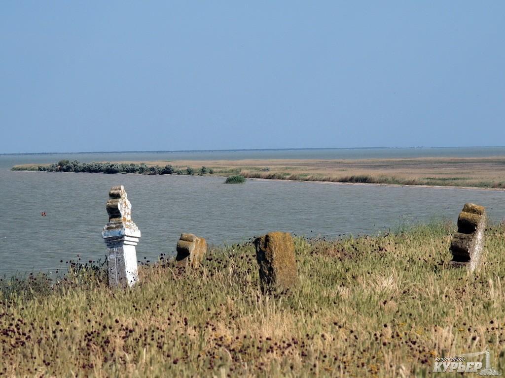 В Татарбунарском р-не рушится старинное кладбище: из земли торчат гробы и кости (ФОТО)